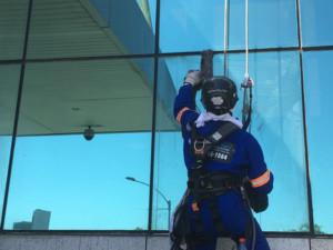 fazendo lavagem da fachada do prédio