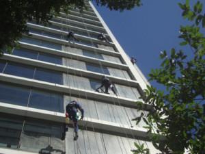 limpeza de fachada de vidro melhorando a estética