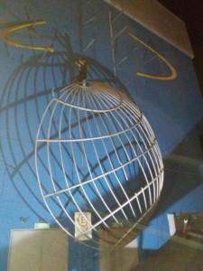 Manutenção de cabos de aço: na imagem pode-se ver um globo que pode ser encontrado no Barra Shopping, Rio de Janeiro