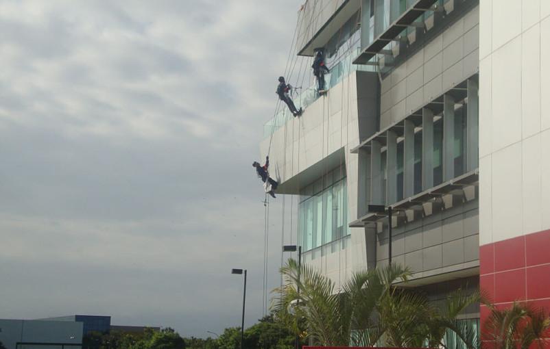 alpinismo industrial em trabalho